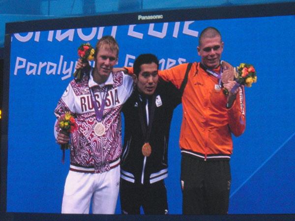 ロンドン2012パラリンピック 100m平泳ぎ表彰式(中央、田中選手)