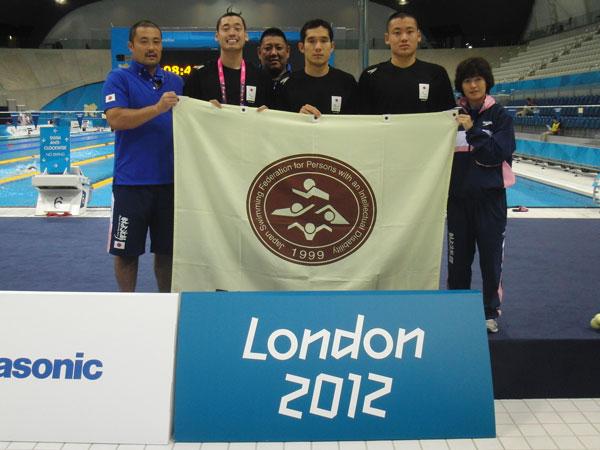 ロンドン2012パラリンピック 競技会場にて (左から、宮本コーチ、津川選手、八木コーチ、田中選手、長尾選手、谷口コーチ)